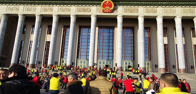 资源20周年庆之一:人民大会堂门口兴高采烈的资源家人