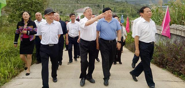 国务院扶贫开发办主任刘永富深入北京资源集团湘西黑猪产业园调研产业扶贫